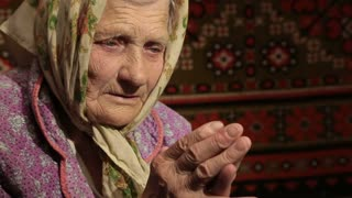 old-woman-praying-to-god_hpb_knf60_thumbnail-small01